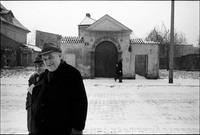 Ludwik Berliski (l) and Maurycy Jam (r) leaving the Remu Synagogue after the last Saturday service of 1978.